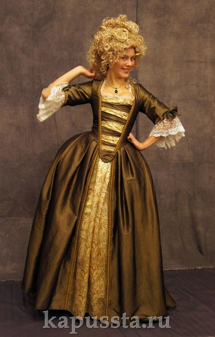 Baroque dress with a combined finish