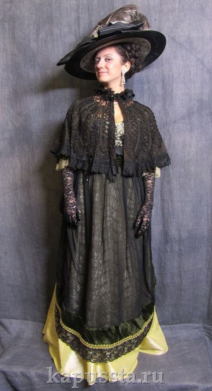 Yellow dress with black lace with a cape and a hat