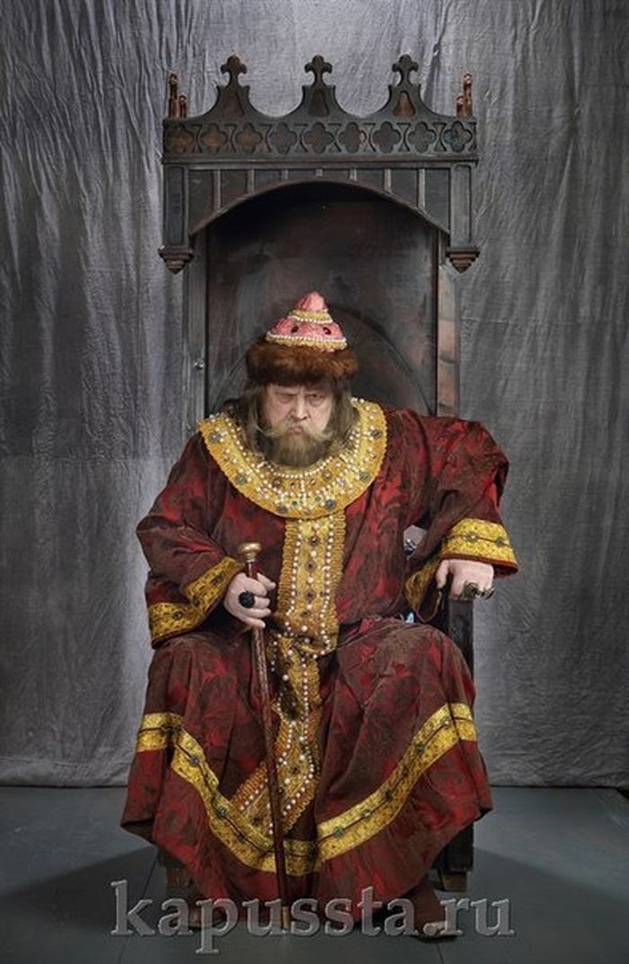 The costume of the king on the throne