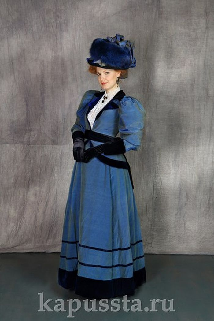 A promenade blue modernist costume