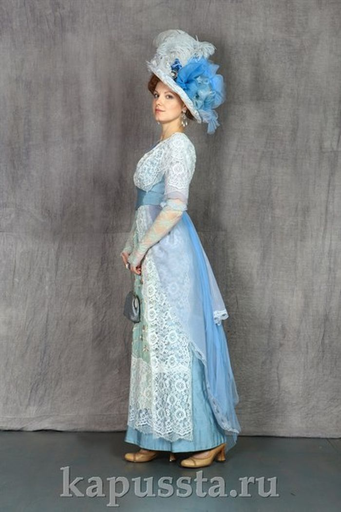 Blue dress with a hat of the Modern Age